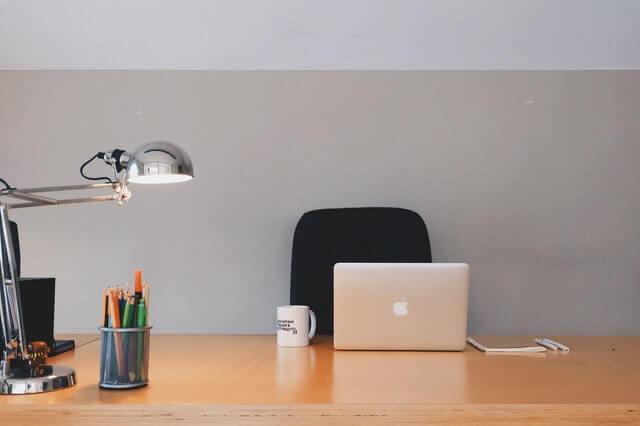 Một chiếc bàn làm việc gọn gàng, sạch sẽ luôn là yếu tố tích cực cho năng suất làm việc
