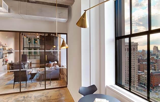 Tận dụng ánh sáng từ các cửa sổ lớn sẽ làm cho văn phòng được mở rộng